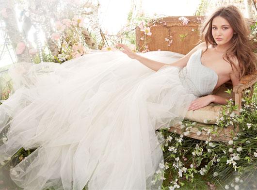 Свадебные платья  Jim Hjelm помогают создать нежный и романтичный образ невесты. Кружево, оборки, декоративные пояса - это детали, которые часто используют дизайнеры Jim Hjelm.
